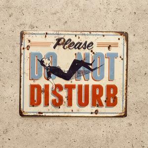 ブリキ看板 アンティークエンボスプレート 【DO NOT DISTURB】おしゃれ ドア ホテル 店舗|sakae-daikyo