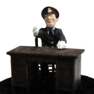 さかつう人形シリーズまなべコレクション 座っている駅員 :さかつう 塗装済完成品 HO(1/87) 7510|sakatsu