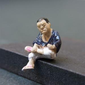 さかつう人形シリーズまなべコレクション 縁台将棋の男A :さかつう 塗装済完成品 HO(1/87) 7525|sakatsu