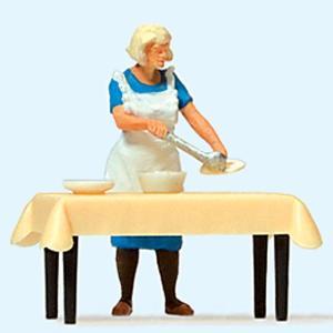 配膳するお母さん テーブル付き :プライザー 塗装済完成品 HO(1/87) 28130 sakatsu