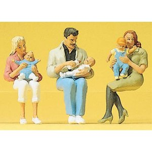 赤ちゃんを抱いて腰掛ける親 :プライザー 塗装済完成品 1/22.5 45024 sakatsu