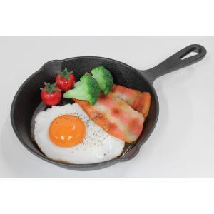 食品サンプル スキレット用ベーコンエッグ 6インチ 15センチ 販促物 インテリア  アウトドア