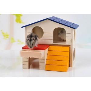 ハムスターがいろいろ遊べる2階建ての家です。 2階のベランダにエサ台が付いています。  木製だからか...