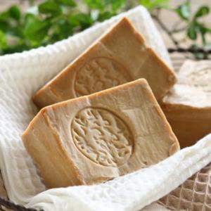 オリーブオイルをふんだんに使用したスタンダードタイプの石鹸です。オリーブオイルは人の肌とよく似た組織...