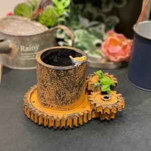 歯車を見上げるカエルさん かえる 幸運 ミニ 動物 ミニチュア かわいい 置き物 ギフト 飾り オブジェ 縁起物|sanwapotitto