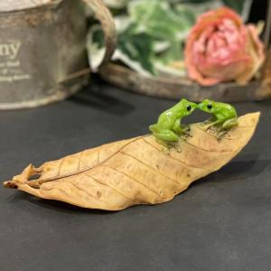 ミニチュアアニマル ed9730h かえる カエル木の葉でキス かわいい 置物 置き物 オブジェ ミニチュア 小さい ギフト|sanwapotitto