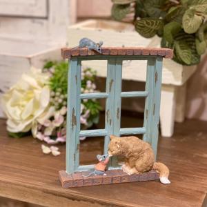 茶トラ猫 ねこ ネコ レトロ アンティーク風 昭和レトロ 猫とネズミ 窓際でのやり取り 置物 オブジェ プレゼント かわいい ミニチュア EV13269A 高さ約15cm|sanwapotitto