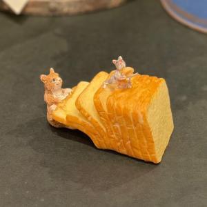 茶トラ猫 ねこ ネコ レトロ アンティーク風 食パン 猫とねずみ  昭和レトロ 置物 オブジェ プレゼント ギフト かわいい ミニチュア EV14441A 高さ約5cm|sanwapotitto