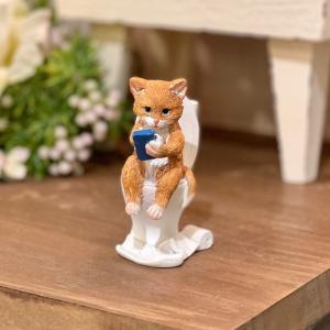 猫 ねこ ネコ 茶トラ猫 スマホ トイレ ミニチュアアニマル 置物 オブジェ かわいい ギフト 手のひらサイズ EV15430A|sanwapotitto