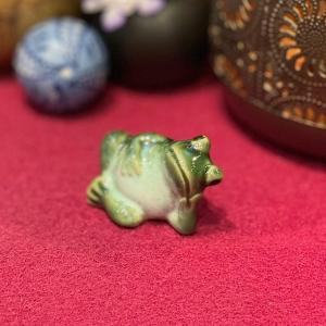 陶器 お休み蛙 かえる カエル かわいい 置物 オブジェ 幸運 癒し 金運 健康運 縁起物|sanwapotitto