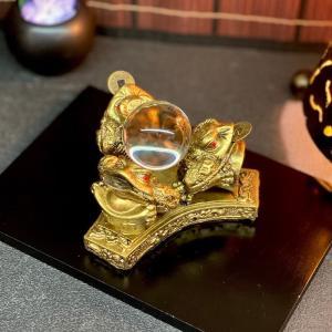 """「銭蛙」は古代中国の時代より""""四方八方から財を集める象徴""""として玄関や戸口に大切に飾られてきました。..."""
