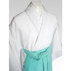 ポリエステル100%の神職用白衣です。さらっとした着心地でしわになりにくく、乾きやすいので日々の業務...