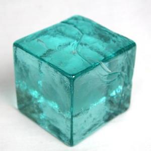 ※バリガラスの特徴として細かな気泡が内部に入っています。 ハンドメイドで出来たバリガラスのキューブ。...