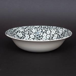 イギリスの陶器ブランド、バーレイのブラックキャリコのスープボウル。  氷の上に落ちたプルナス(桜の一...
