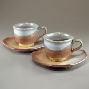 ■特徴 藁灰釉の白と、萩焼らしい土色を生かした、四角い口のコーヒーカップです。 2客を揃え、木箱に入...