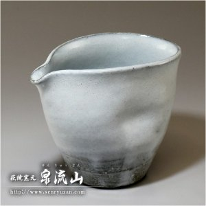 ■特徴 ポイントにへこみを作り、持ち易くなっています。藁灰釉を施した白い片口です。(藁灰釉の分、他の...