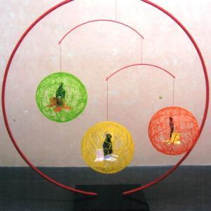 絹てまり 赤スタンド小巻3個吊りタイプ オレンジと山吹色とみどり色|senyotei