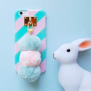 [韓国雑貨]ふわふわポンポンが目を引く 取っ手付きのスマホケース[iphone/GALAXYケース]|seoul4