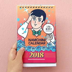 [韓国雑貨] 卓上にイケメン   あなたの毎日を見つめるイケメン付きのカレンダー≪2018年韓国暦≫ [カレンダー] [文房具] [文具]|seoul4