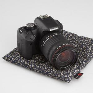 カメラにざぶとん?使い方いろいろのアイデア商品! カメラやレンズの置き場として、または、緩衝材として...