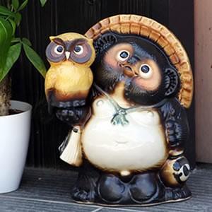 信楽焼 8号ふくろう持ち狸 黄 たぬき 縁起物 陶器 たぬき置物  狸  ta-0256|shigaraki