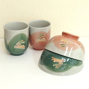 美しいグリーンとピンクの野山を駆け回るうさぎが愛らしい夫婦茶碗と夫婦湯呑みのセットです。 母の日、父...