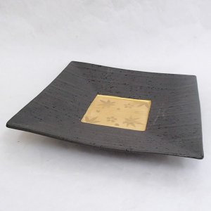 黒地に金色の紅葉と桜が目を惹く前菜皿です。  サイズ:W23.7×D23.7×H4.3cm 材 質:...