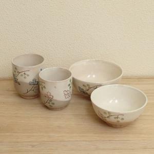 クリーム色と茶色を重ねた生地に可愛い花をあしらった夫婦茶碗と夫婦湯呑みのセットです。  母の日、父の...