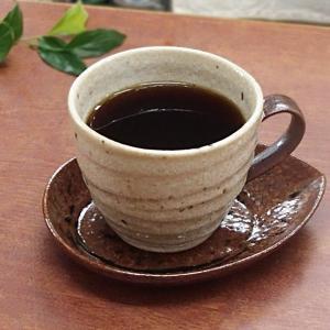 シンプルなデザインのコーヒーカップとアーモンドのようなかたちのソーサーです。 大きなサイズですからい...