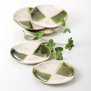 手造り感のある和皿に織部の市松模様がモダンでおしゃれな取り皿5枚セットです。   内 容:皿×5 サ...