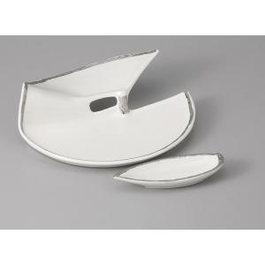 ユニークな形だけれども、シンプルで上品な印象の刺身皿と醤油小皿のセットです。  内容:刺身皿×1、小...