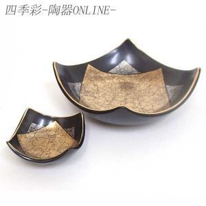 光沢感のある黒い器に、金銀の模様が上品で高級感のある刺身鉢と醤油小皿のセットです 。  内容:刺身鉢...