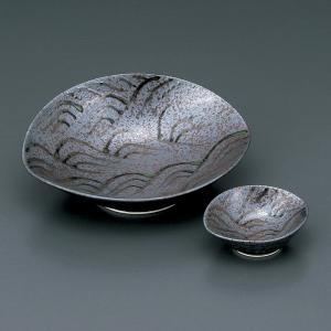どっしりと落ち着いた色に波の絵が描かれた刺身皿と醤油小皿のセットです。  【サイズ】皿:W17.8×...