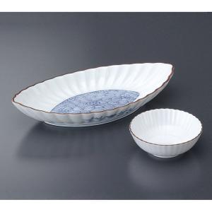 菊の花をイメージした形で上品な刺身皿と醤油小皿のセットです。  【サイズ】皿:W21.5×D11×H...