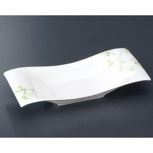 唐草が描かれた波打ったデザインの焼物皿です。焼物や寿司などを美しく盛り付けできる和食器です。  【サ...