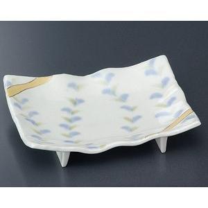 若葉の芽生えた様子が描かれた優しい雰囲気の焼物皿です。焼物や寿司などを美しく盛り付けできる和食器です...