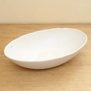 手造りの風合いが優しい雰囲気のボウル。深めの舟形でパスタボウルやカレー皿にご使用出来ます。 サイズ:...
