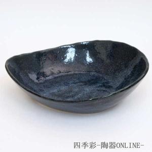 手造りの風合いが優しい雰囲気のボウル。深めのしずく型でパスタボウルやカレー皿にご使用出来ます。 釉薬...