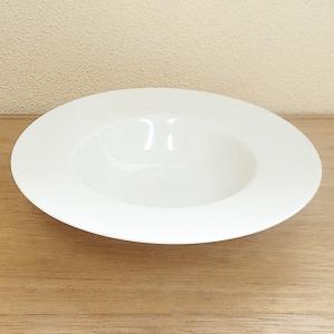 中央にくぼみのある平型のスープ皿。パスタ料理にも最適 サイズ:W22×H4.1cm 材 質:磁器(白...