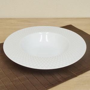 曲線が交わるやわらかな網目模様が美しいスープ皿です。 ベージュの気品ある丸プレートです。  サイズ:...