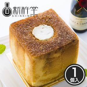 ふわふわでモッチリとした食感の実現に、餅粉を使用し特殊な技法でじっくり焼き上げた生地に、フランス産の...