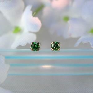 【数量限定】MARE チタンピアス SWAROVSKI  GREEN 2×2mm ma059|shinwastore