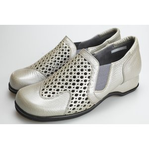 職人の技が光る東京生産の革靴からオシャレなパンチメッシュの靴が入荷しました。 上品なシルバーは華やか...