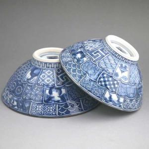 贈り物にピッタリです。京焼清水焼の窯元 壹楽窯、染付の夫婦茶碗です。菊花模様に彫られた生地が手に良く...