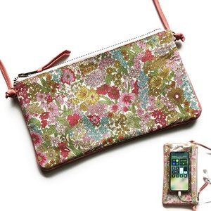 スマホと、小さいお財布、鍵、口紅が入るミニマムサイズのポシェット。 裏面はタッチスクリーンできるクリ...
