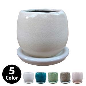 釉薬がしっかりとかかり、きれいな色が表現されている植木鉢。口周りは波打った形となっていてまるで卵を割...