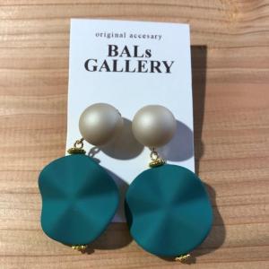 【BALs GALLERY】 ヒラヒラ 樹脂ピアス '- グリーン 【メール便対応】|shopfreddo