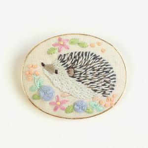 chicchiさんの動物刺繍 はりねずみさんのパステルローズのブローチ | 刺しゅう 刺繍 手芸 ハンドメイド トーカイ|shugale1