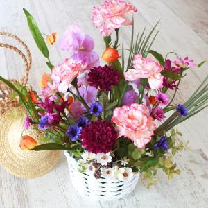 母の日遅れてごめんね 造花 カラフルな小花とラナンキュラスのバスケットアレンジ 母の日 プレゼント ギフト カーネーション CT触媒 シルクフラワー|silkflower