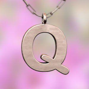 (名前 ネーム イニシャル) ネックレス 大文字のQ  k10ピンクゴールド skybell